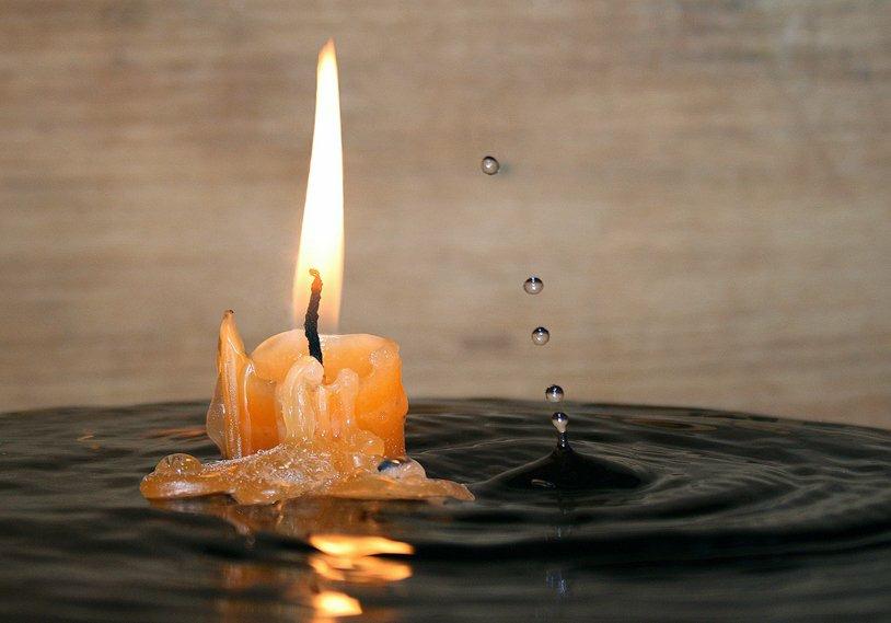 картинка свеча горит водой