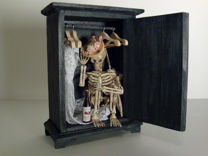 владельцы идут картинки скелеты в шкафу растрепанном
